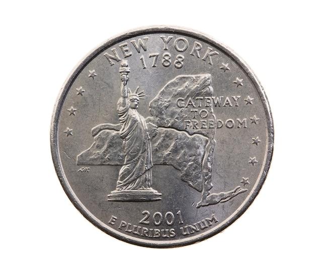 Сфотографирован крупным планом на белой монете доллар американский квартал двадцать пять центов, штат нью-йорк