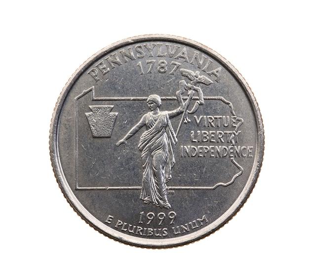 Сфотографирован крупным планом на белой монете доллар американский квартал двадцать пять центов, штат пенсильвания