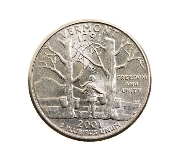 Сфотографирован крупным планом на белой монете доллар американский квартал двадцать пять центов, вермонт
