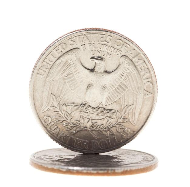 Сфотографирован крупным планом на белой монете доллар американский квартал двадцать пять центов