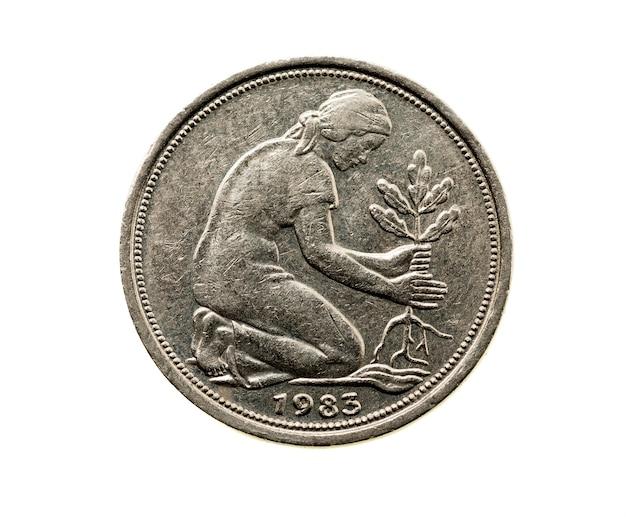 Сфотографирован крупным планом на белой монете, пятьдесят немецких пфеннигов