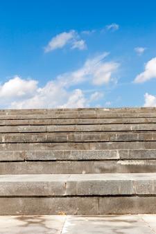 通りへのクローズアップ階段の写真。
