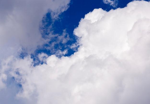 촬영 된 근접 흰 구름은 푸른 하늘, 얕은 피사계 심도에 있습니다.