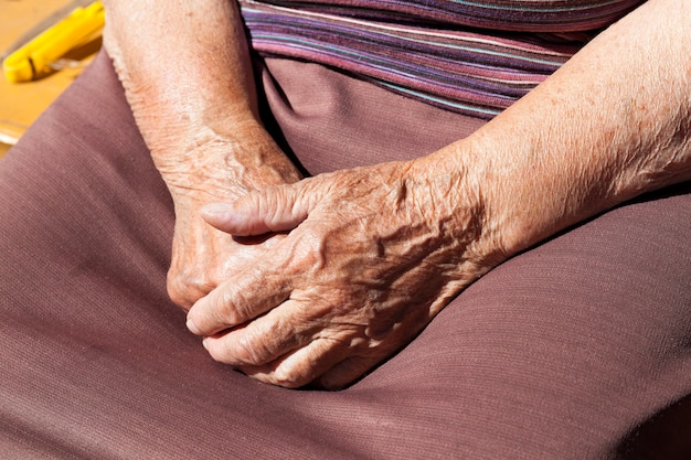 老婆のクローズアップ写真。一緒に折りたたまれた手