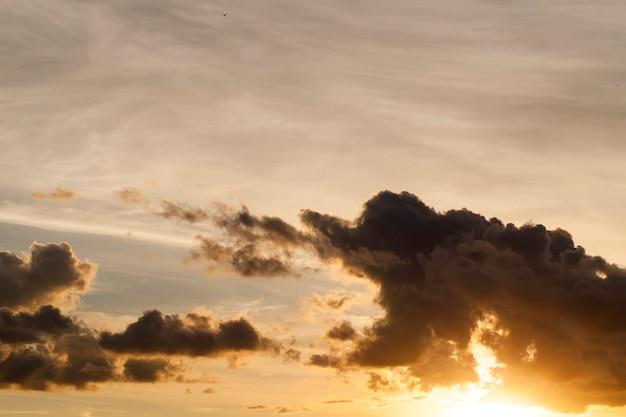 일몰, 태양 새벽에 구름과 화려한 하늘의 촬영 부분