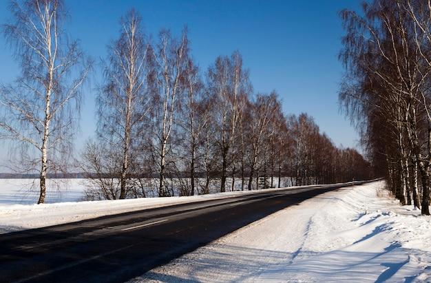 겨울에 촬영 된 도로.