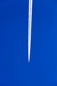 푸른 하늘에서 비행 중 항공기 촬영