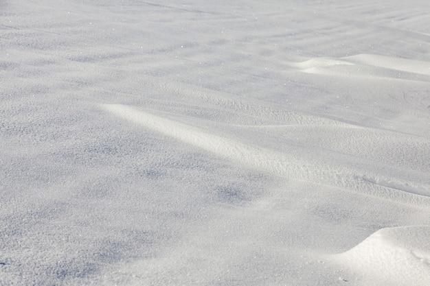 흰 눈이 드리프트 얕은 피사계 심도로 촬영. 겨울, 낮