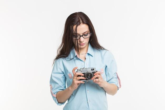 사진 작가 및 레저 개념-흰색 배경에 레트로 카메라를 들고 젊은 여자.