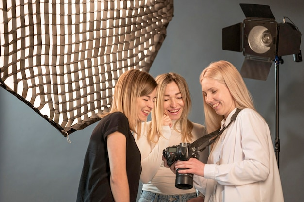 Фотограф и модель друзья смотрят на фотографии