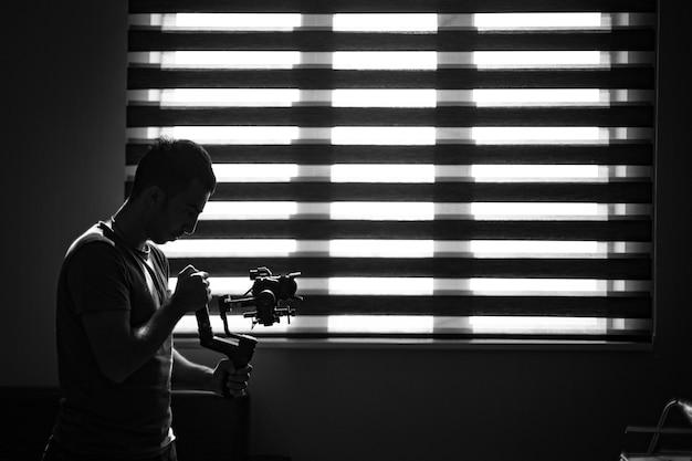 어둠 속에서 그의 카메라를 확인하는 사진 작가