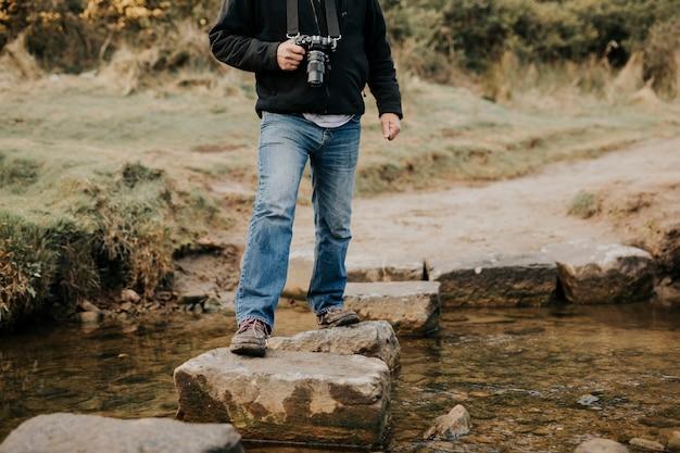 디딤돌로 물을 건너는 사진작가