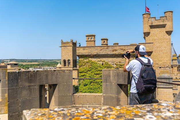 Фотограф занимается сельским туризмом в средневековом городе и его красивом замке.