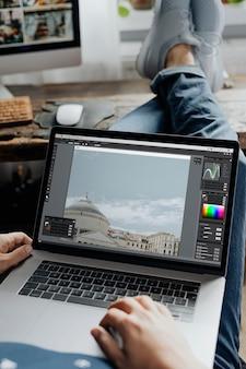 ノートパソコンで画像を編集する写真家