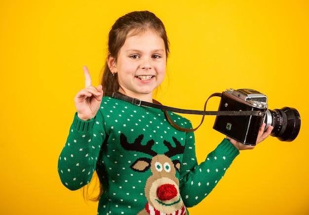 사진 작가는 복고풍 카메라를 들고 아이들을위한 수업 dslr 카메라로 사진을 찍는 법을 배웁니다.