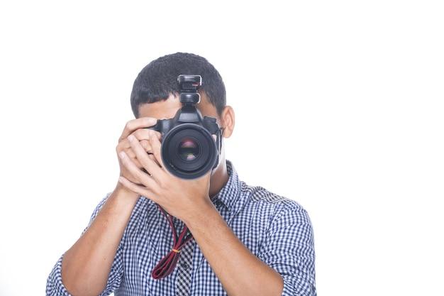 스튜디오에서 사진을 찍기 위해 dslr 카메라를 들고 있는 사진사.