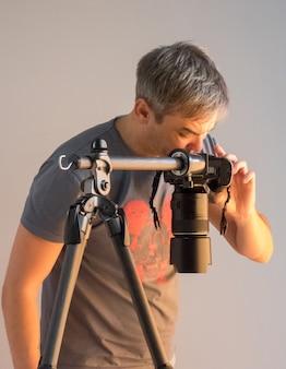 Фотограф в студии, глядя на камеру. непреднамеренная фотография