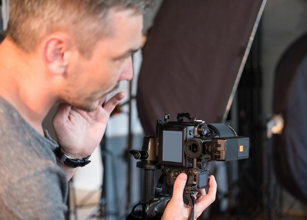 Фотограф в процессе работы в студии