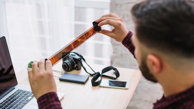 Fotografo guardando i negativi