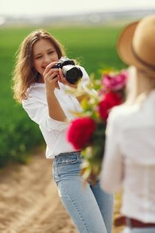 写真家は女性のための写真撮影を行います