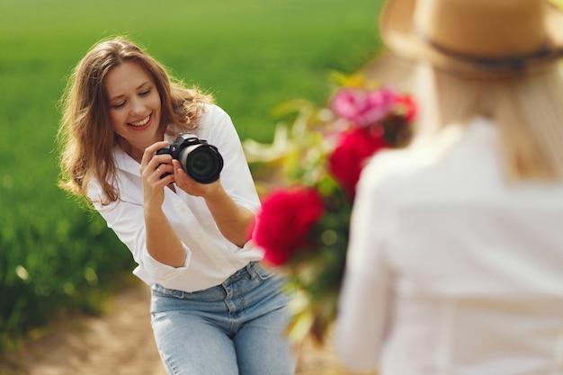 Il fotografo fa un servizio fotografico per donna