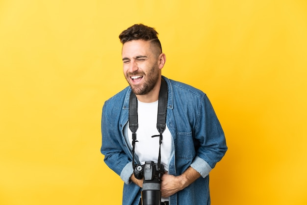 Фотограф человек изолирован на желтом фоне много улыбается