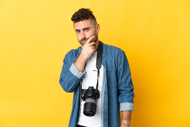 Фотограф человек изолирован на желтом фоне мышления