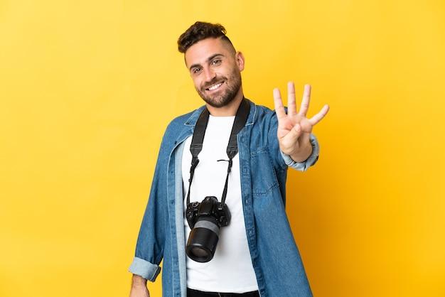 노란색 행복하고 손가락으로 4 세에 고립 된 사진 작가 남자