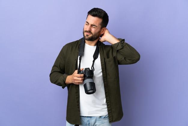 首の痛みと孤立した紫色の写真家の男