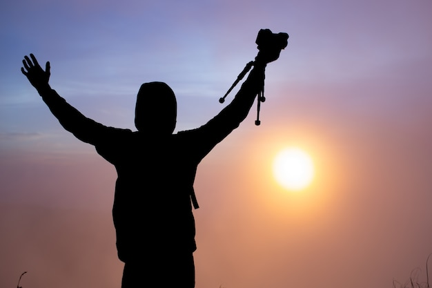 Un fotografo fotografa l'alba del sole sul vulcano batur. bali indonesia