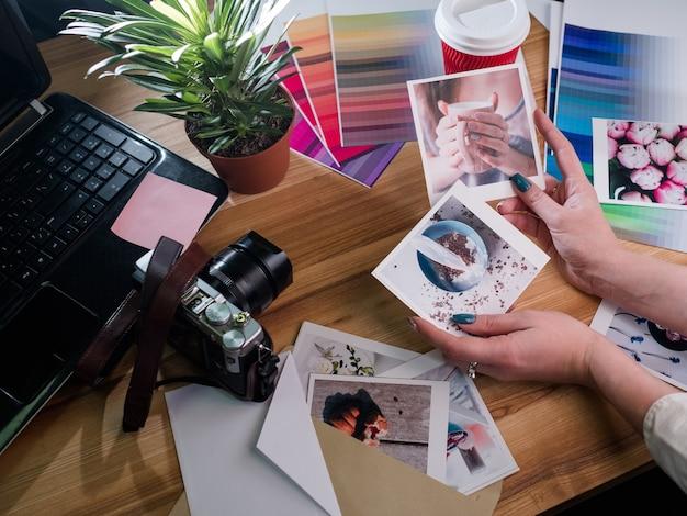 Портфолио фотографа. вдохновение фотография хобби досуг искусство творчество. женщина, выбирающая лучшие фотографии. камера ноутбука и цветовые палитры в фоновом режиме.