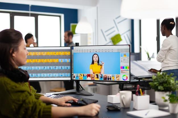 사진 편집 소프트웨어를 사용하여 컴퓨터에서 작업하는 사진 작가 리터처 여성