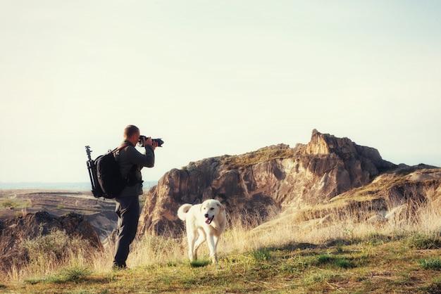 写真家砂岩の崖と自然景観の観察