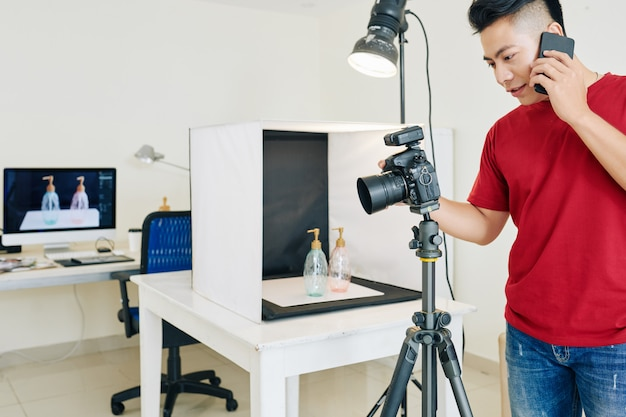 デジタルカメラを設定する写真家