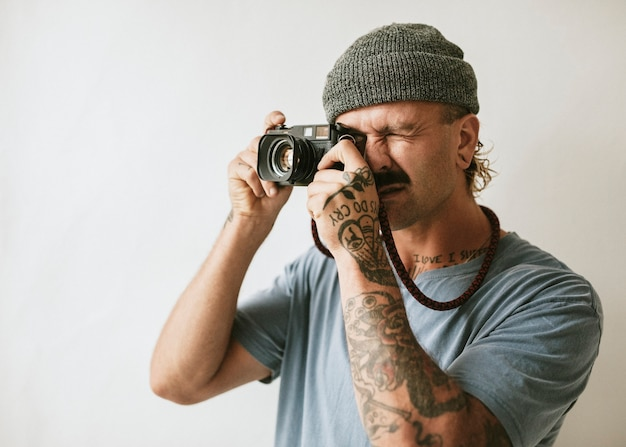 Fotografo che scatta con una fotocamera analogica