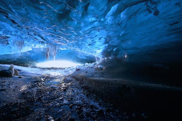 빙하 속 지하에 서 있는 사진가, 기후 특정, 바트나요쿨 국립공원, 스카프타펠의 놀라운 자연, 얼음 동굴 입구, 아이슬란드