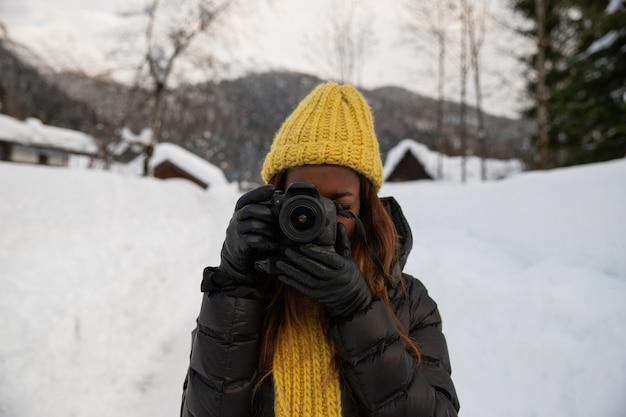 写真家が山に立って写真を撮る