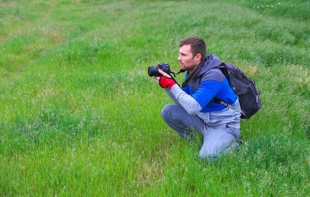 사진 작가는 봄에 잔디에서 사진을 찍는다