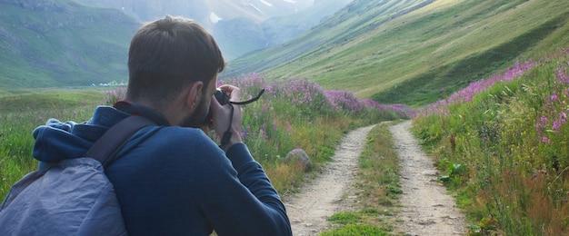 사진 작가는 저녁에 산에서 도로의 사진을 찍는다