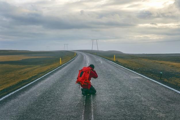道路で写真を撮る写真家。