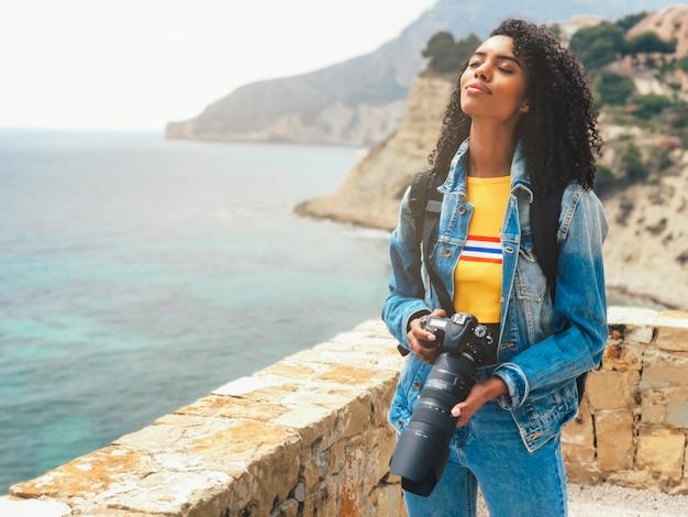海の海岸の写真を撮る写真家