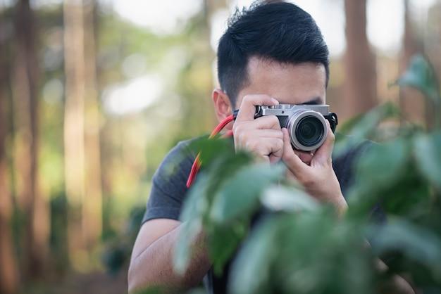 森の中の写真を撮る写真家