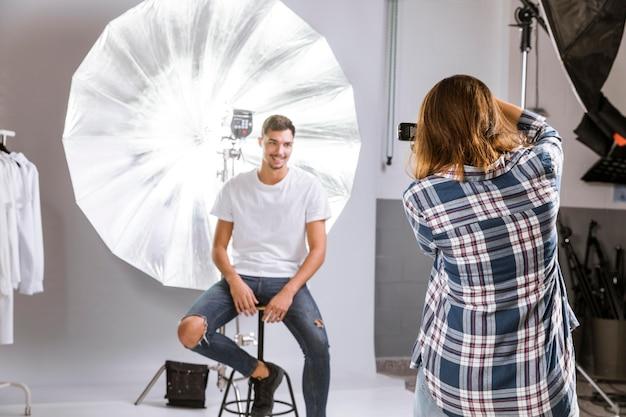 Fotografo che cattura una foto del modello maschio