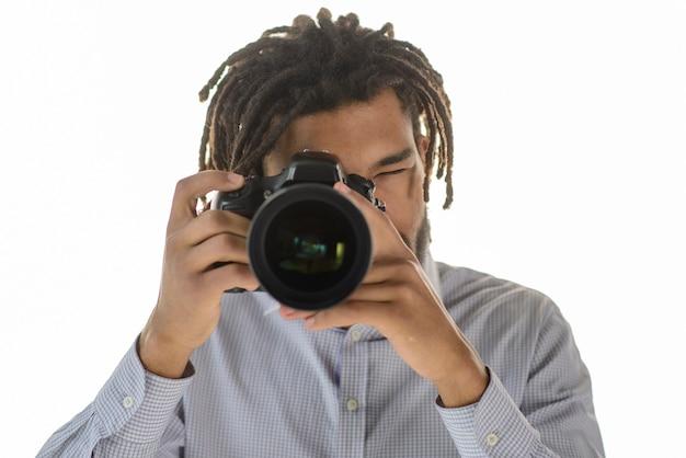 Fotografo che cattura foto con la macchina fotografica