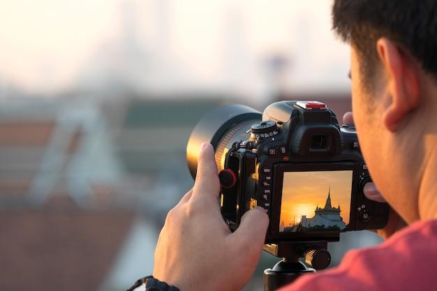 写真家は細心の注意を払って写真を撮る