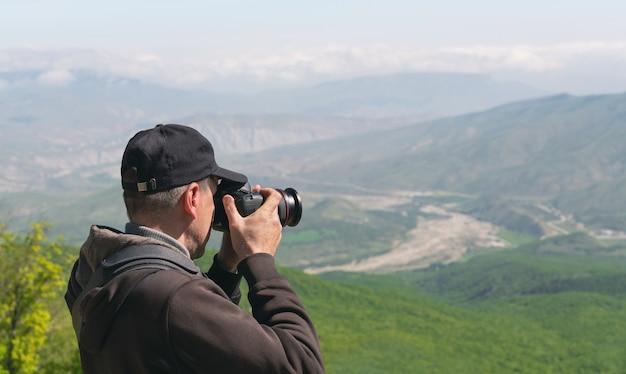 カメラとバックパックを持った写真家旅行者