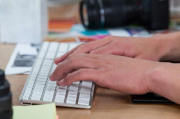 Фотограф используя клавиатуру