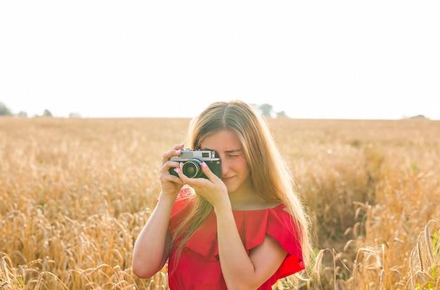 필드에서 사진을 찍는 카메라와 함께 사진 작가입니다.