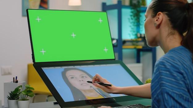 컴퓨터에 가로 녹색 화면이 있는 사진 작가