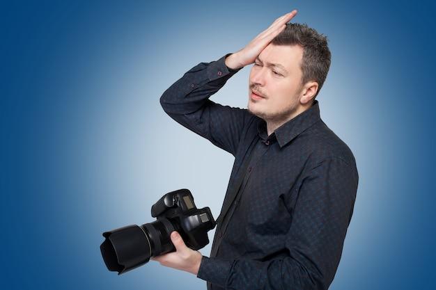 プロのデジタルカメラを持つ写真家